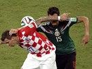DRSNÝ STŘET. Mario Mandžukič (vlevo) vs. Héctor Moreno.