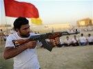 Šíitský dobrovolník se v Nadžáfu připravuje k boji proti sunnitským militantům.