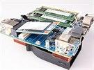Sloty pro paměti, síťovou kartu a SSD disk jsou snadno dostupné po odkrytí...