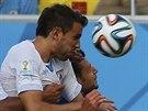 GÓLOVÁ HLAVIČKA. Uruguayský stoper Diego Godin se prosazuje po rohu a dává...