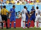 NAPĚTÍ V ŠESTNÁCTCE. Italský obránce Giorgio Chiellini si stěžuje, že ho Luis...