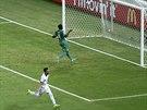 MÍČ JE V SÍTI. Řecký fotbalista Andreas Samaris může slavit.