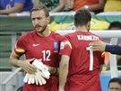STŘÍDÁNÍ BRANKÁŘŮ. Řecký gólman Panagiotis Glykos (vlevo) musí mezi tyče místo...