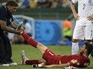 ZRANĚNÍ. Řecký gólman Orestis Karnezis byl v průběhu zápasu proti Pobřeží...
