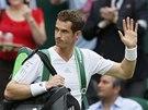 PŘICHÁZÍ OBHÁJCE TITULU. Andy Murray přichází na centrální kurt ve Wimbledonu