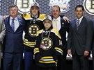 David Pastr��k p�i draftu NHL p�zuje v dresu Bostonu.