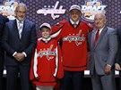 Jakub Vrána při draftu NHL pózuje v dresu Washingtonu.