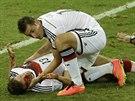 Německý útočník Miroslav Klose se sklání ke svému spoluhráči Thomasi Müllerovi,...