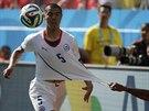 Chilský obránce Francisco Silva se snaží vymanit z nizozemského sevření.