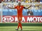 Nizozemský ofenzivní záložník Arjen Robben diriguje spoluhráče.