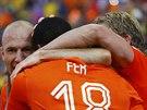 Nizozemští fotbalisté se radují ze vstřeleného gólu.
