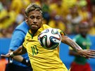 Brazilský útočník Neymarse chystá ke střele.