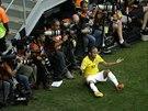 Brazilský útočník Neymar se diví, že rozhodčí neodpískal faul.