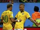 Brazilský obránce Dani Alvés blahopřeje Neymarovi ke vstřelenému gólu.