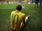 Brazilský útočník Neymar sedí na zemi a diví se, že rozhodčí po předchozím...