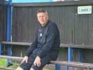 Trenér Miroslav Beránek sleduje fotbalisty Slavie při tréninku.