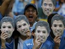 Uruguayští fanoušci v maskák Luise Suáreze během osmifinálového zápasu...