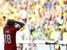 Chilsk� obr�nce Gonzalo Jara lituje zahozen� penalty v rozhoduj�c�m rozst�elu...