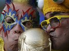 Kolumbijští fanoušci líbají repliku poháru pro mistry světa.