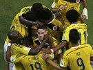 Kolumbijští fotbalisté se radují z gólu v osmifinále mistrovství světa.