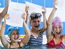Školáci ze Zlína si vylovili vysvědčení ze dna bazénu.