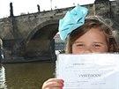 Prvňáčci pražské školy Londýnská dostali vysvědčení pod Karlovým mostem.