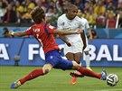MĚ NEZASTAVÍTE. Alžířan Yacine Brahimi (v bílém) střílí gól, kterým stav zápasu...