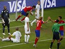 ZABERME JEŠTĚ. Korejec Ku Ča-čchol rychle odnáší míč z brány poté, co snížil...