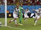 TEĎ TO UDRŽET. Americký kapitán Clint Dempsey (vlevo) slaví svůj gól, jímž...