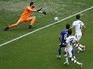2:0. Bosňan Miralem Pjanič (v modrém) střílí druhý gól zápasu proti Íránu.