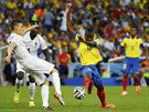 FOTBALOVÉ TANCE. Ekvádorec Enner Valencia (ve žlutém) se probíjí francouzskou...