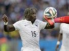 KUNG-FU. Francouz Bacary Sagna sleduje, jak těsně před ním odkopává míč...