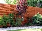 Ač neradi, nakonec se majitelé kvůli soukromí rozhodli postavit vysoký plot.