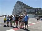 Závodníci pod gibraltarskou skálou