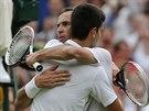 DÍKY ZA TEN ZÁPAS. Novak Djokovič a Radek Štěpánek (čelem) se objímají po krásném zápase ve 2. kole Wimbledonu.