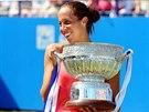 Devatenáctiletá Madison Keysová slaví triumf na turnaji v Eastbourne.