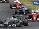 JSEM PŘED TEBOU! Lewis Hamilton (vlevo) má před Fernandem Alonsem (vpravo)...