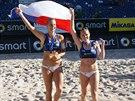 NÁRODNÍ HRDOST. Plážové volejbalistky Kristýna Kolocová (vpravo) a Markéta...