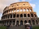 Koloseum pat�� mezi nejzachovalej�� pam�tky antick�ho ��ma, z jedn� strany...