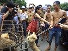 Ochránkyně zvířat se snaží zabránit týrání psa nabízeného na jü-linském...