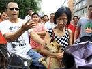 Aktivisté vykupují psi nabízené na jü-linském festivalu (Čína, 20. června 2014).