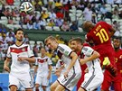 VYROVN�N� NA 1:1. Ghansk� z�lo�n�k Andre Ayew pos�l� m�� hlavou do n�meck� s�t�.
