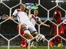 VYROVNÁNÍ NA 2:2. Německý útočník Miroslav Klose skóroval proti Ghaně hned po