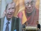 Plachta s portréty bývalého českého prezidenta Václava Havla a tibetského...