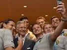 Belgický král Philippe si udělal selfie s fotbalisty národního týmu (Rio de Janeiro, 22. června 2014).