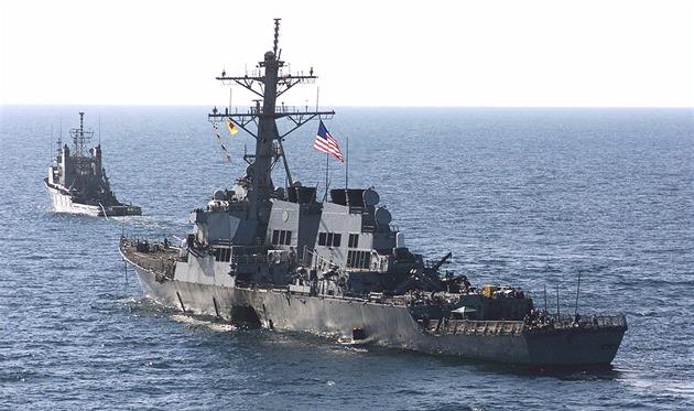 Torpédoborec USS Cole po�kozený výbu�ným �lunem.