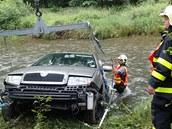 Auto vypro��ovali hasi�i z Krnova a Brunt�lu. (26.6.2014)