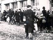 Židé odcházejí z ghetta v Bedzinu u Katovic, mnoho z nich skončilo v Karviné.