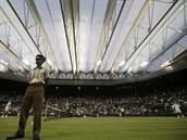 POD STŘECHOU. Švýcarský tenista Roger Federer kvůli dešti musel dohrát souboj...