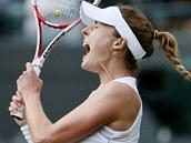 P�EKVAPIV� POSTUP. Aliz� Cornetov� vy�adila ve Wimbledonu Serenu Williamsovou.